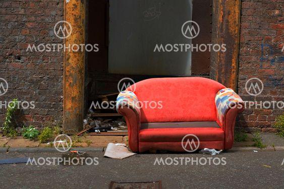 Gamle opgivet sofa i en industriel alley måde