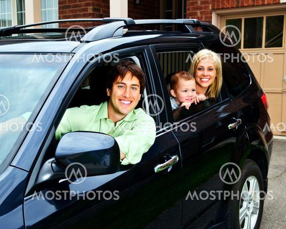 Lykkelige familie i bil