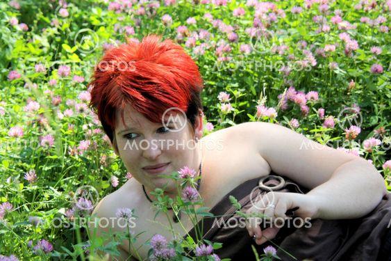 Ung kvinde på eng