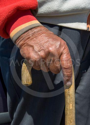 En gammal man med skäpp.