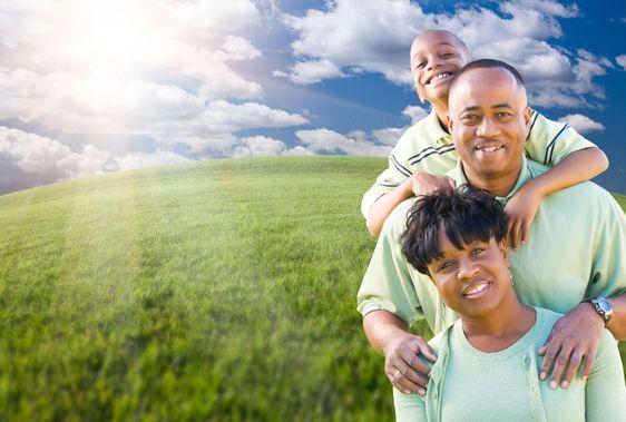 Familie Over skyer, luftrum og græs felt