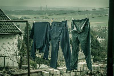 Arbeitshosen auf Wäscheleine
