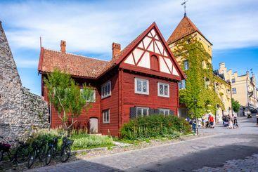 Gammalt rött timmerhus i Visby Gotland.