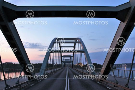 En vacker sommarnatt på Bergnäsbron