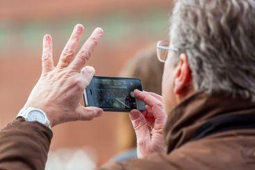 Man fotograferar med sin mobiltelefon.