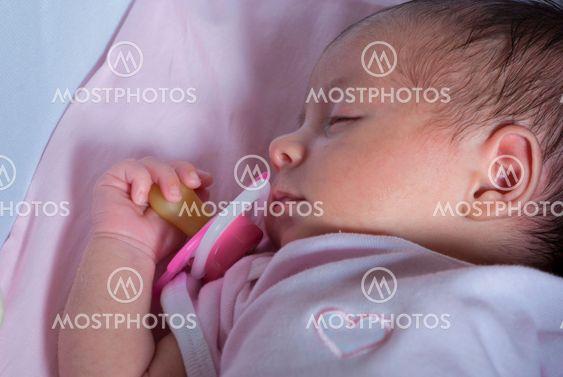 Nukkuva vastasyntyneelle Tyttövauva