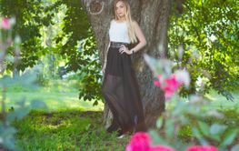 Beautiful blonde woman posing in a park