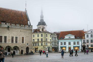 Disigt torg med människor i Tallinn Estland.