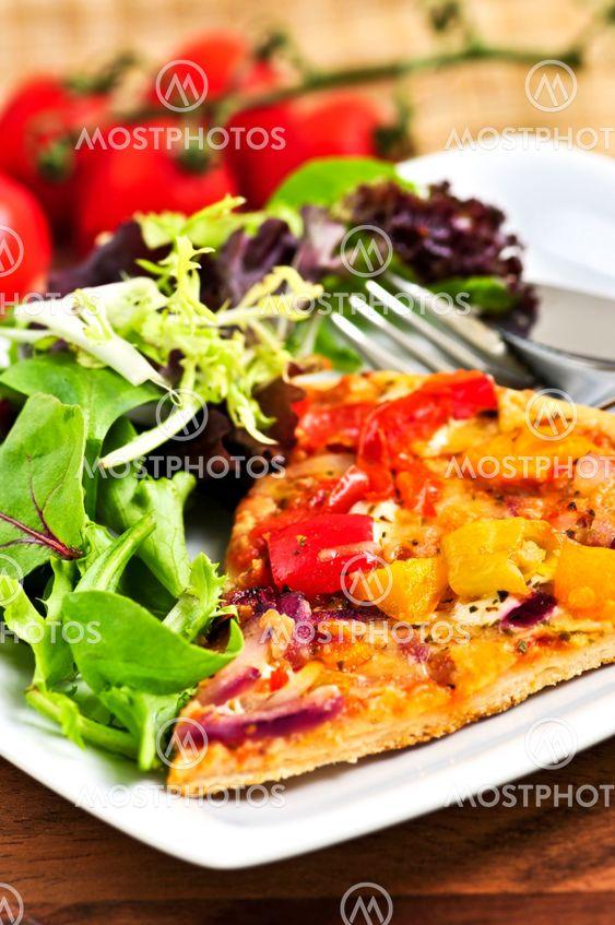 Vegetarisk pizza med sallad