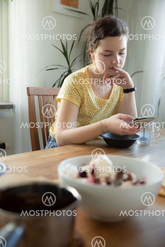 tjej messar vid matbordet