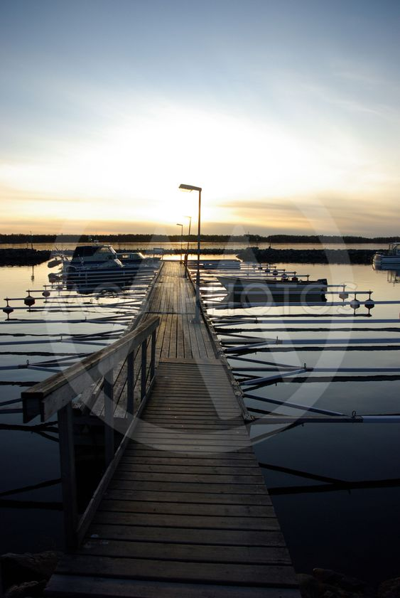 Småbåtshamn i solnedgång