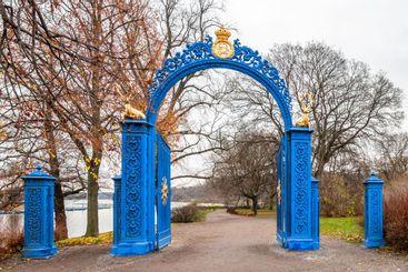 Entre av järn på hösten. Blå porten på Djurgården...