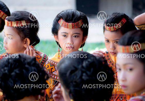 Lasten kanssa perinne Torajat vaatteet