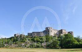 Den vackra Borgholms slottsruin på Öland sedd från...