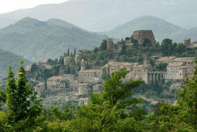 Blick zu Montbrun les Bains, Provence, Frankreich