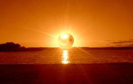 En gigantisk kula framför solen