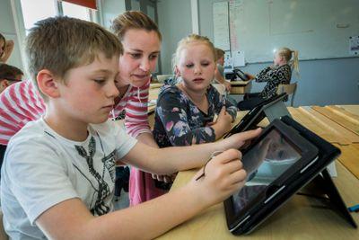 Barn använder iPad i undervisningen