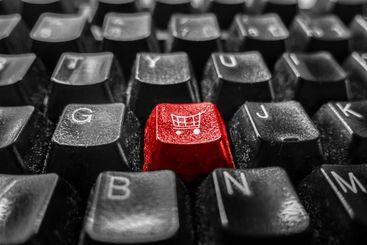 Koncept. Röd tangentbords knapp med shoppingvagn i mitten.