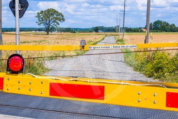 """Bom vid korsning mellan väg och järnväg, med texten """"Kör..."""