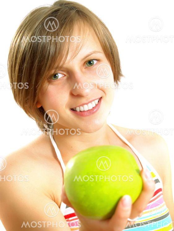 Søde pige giver en grøn apple