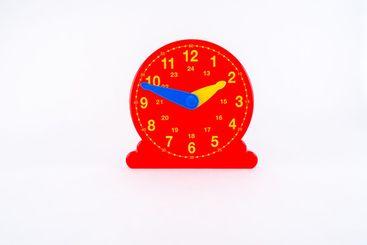 Pedagogisk klocka i plast för att lära sig klockan.