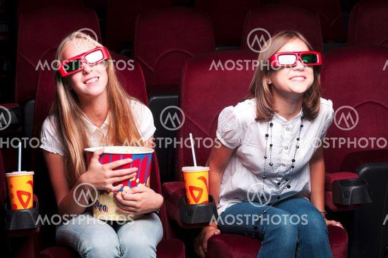 To unge piger ser i biografen