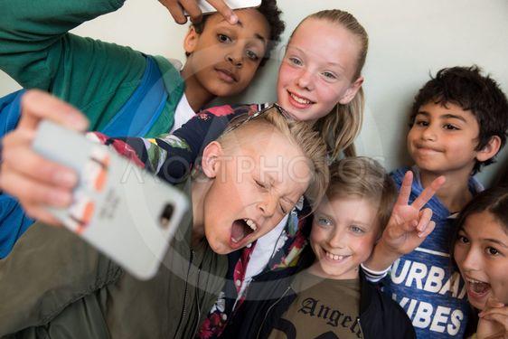 flera barn tar selfie