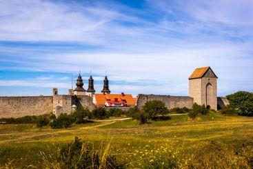 Visby ringmur med torn och himmel.