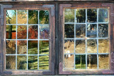 gammalt fönster med små spröjs, detalj