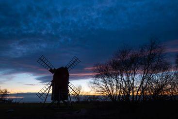 Silhuett av en väderkvarn på Öland i skymningen