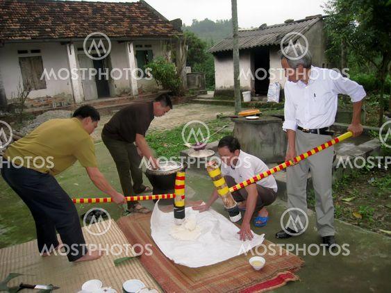 People make round sticky rice cake