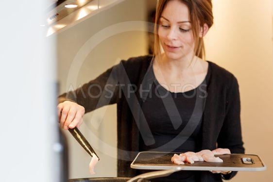 Kvinna steker kött