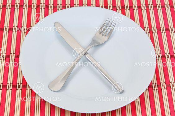 Keittiötuotemarkkinoiden punainen paju lautasliina. Tekstuuri pöydälle.