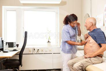 Läkare undersöker patient