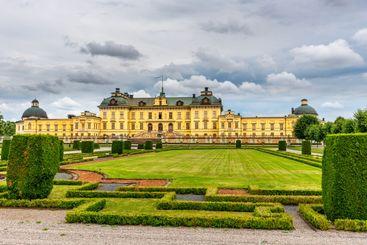 Drottningholms slott med dramatisk himmel.