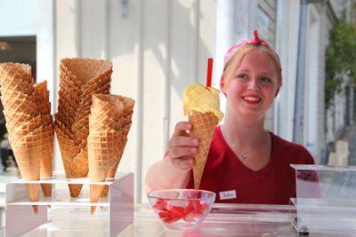 Ung kvinna säljer glass