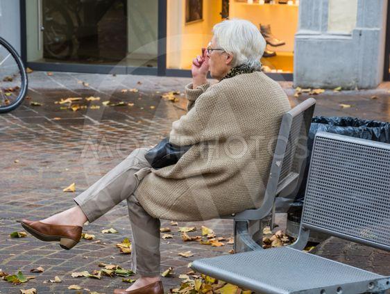 äldre kvinna som röker