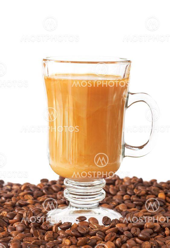 Kopp kaffe och rostade bönor