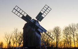 Vinterlandskap med väderkvarn på Öland