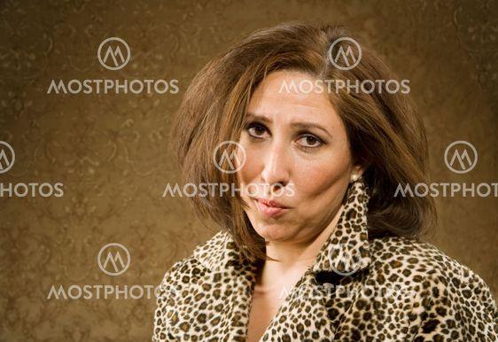 Hispanic kvinde med rodet hår