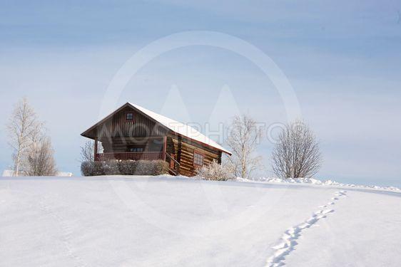 Stuga i vinterlandskap