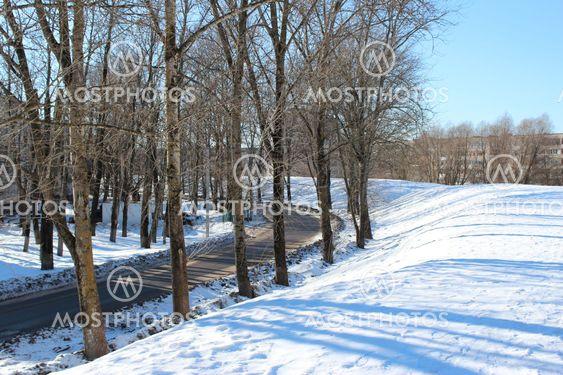 maa seinän, tiet, talvi, puut, aurinkoinen päivä, sininen taivas, kaupunki,