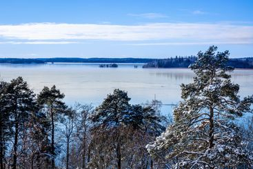 Vinterlandskap över Mälarens vatten.
