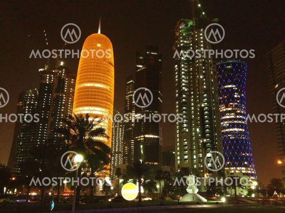 Skyskrapor färger på natten i Doha, Qatar