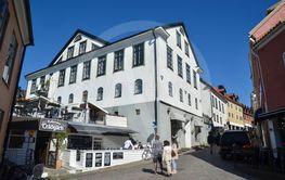 Gatubild med turister från sommarstaden Visby på Gotland