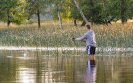 Ung man fiskar i en sjö - Silvertid