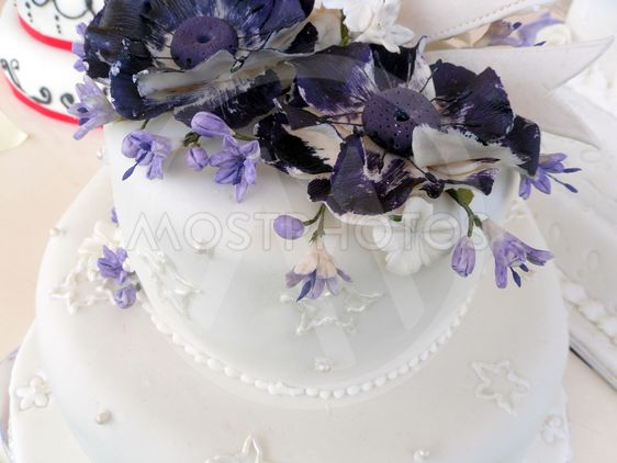 White wedding cake with pu by rosepearl mostphotos white wedding cake with purple flowers mightylinksfo