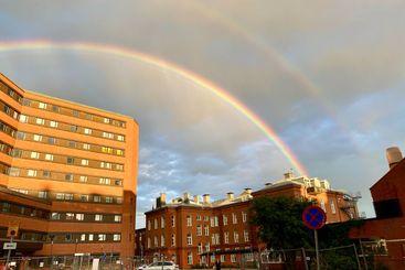 Dubbel regnbåge över hus sjukhus Stockholm.