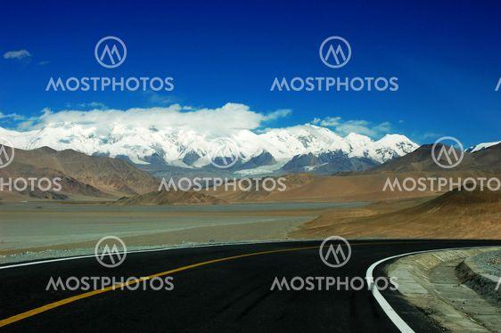 Motorväg mot snö Berg
