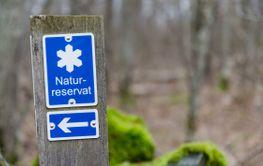 Skylt som markerar gränsen för naturreservat